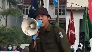 Nekat! Mahasiswa Ini Demo Sambil Nyanyi 'Aparat Keparat' Depan Polisi, Langsung Diciduk