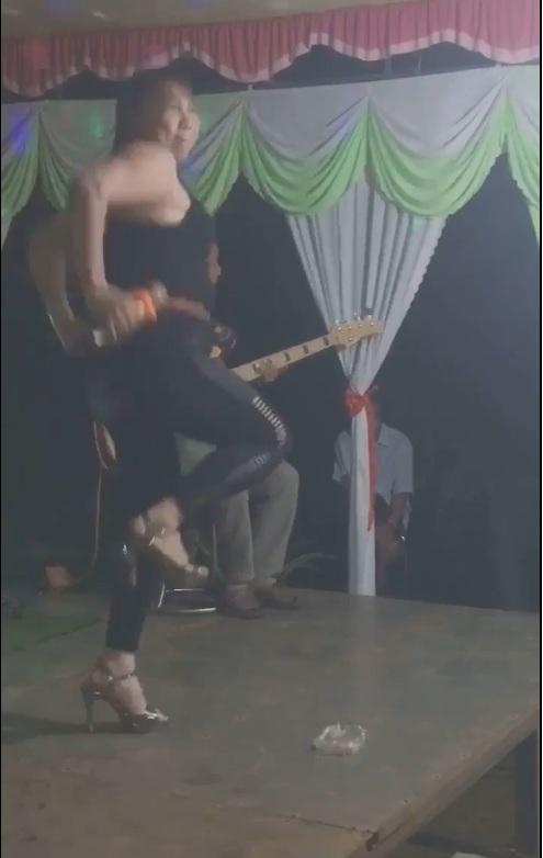 Chị gái có công rất lớn với nền âm nhạc Việt Nam khi đem trò chơi dân gian nhảy cò cò lồng vào nhạc Việt...:v