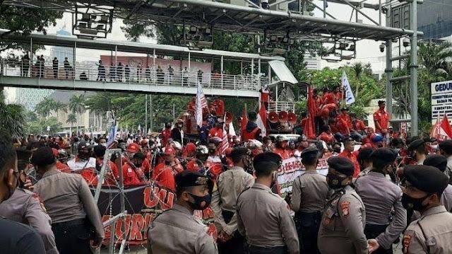 Dihalau Polisi, Buruh: Besok dari Utara hingga Selatan, Kita Kepung Istana!