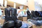 Entrega Adela Román uniformes y material médico al personal de Bomberos