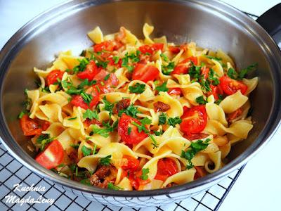 Tagliatelle z szynką i pomidorami