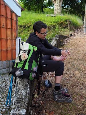 peregrina de Santiago calçando meias