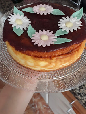 Hoy os traigo una receta que no puede fallar, se trata de una tarta de queso que está buenísima y es tan sencilla de elaborar que seguro que tomas nota de todo lo que necesitarás y comenzarás a tener la receta bien a mano.