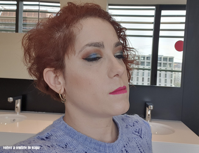 Maquillaje en azul y cobrizo con labios rosas