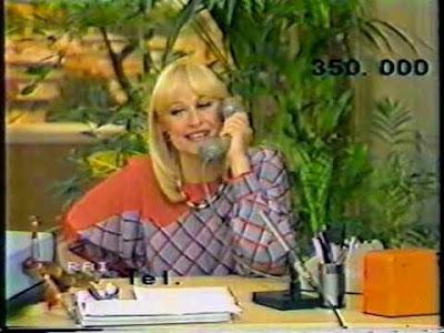 Raffaella Carrà in Rai durante il gioco telefonico dei fagioli