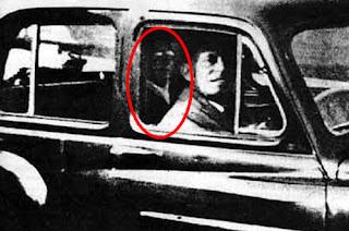 La photo du fantôme d'Ipswich, on y voit le mari de Mabel Chinnery en voiture et le fantôme derrière lui