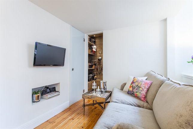 Salón con sofá y TV de un piso pequeño