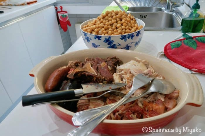 スペインのコシード煮込みに使用した具材の肉類が大皿に盛り付けられている様子