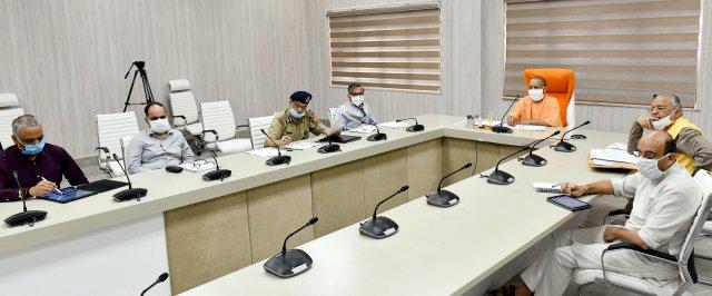 मुख्यमंत्री योगी ने जनपद कानपुर नगर और लखनऊ में अतिरिक्त चिकित्सा कर्मियों की तैनाती करते हुए चिकित्सा व्यवस्था को सुदृढ़ बनाने के निर्देश दिए