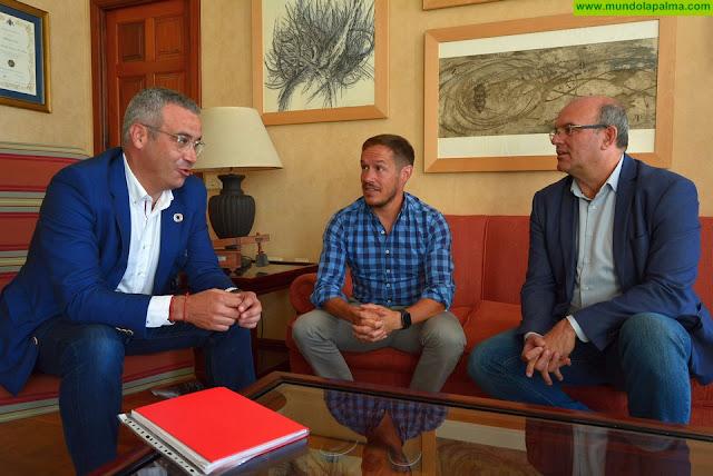 Mariano Hernández Zapata y Anselmo Pestana reciben la visita del senador por La Palma