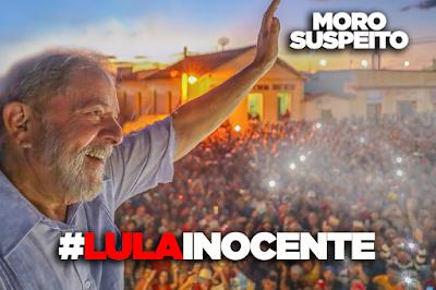 A foto mostra o Lula saudando a população e está inscrito: moro suspeito, Lula inocente.