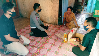 Jelang HUT Polantas, Kanit Regident Polres Bone Berbagi Paket Sembako Untuk Janda