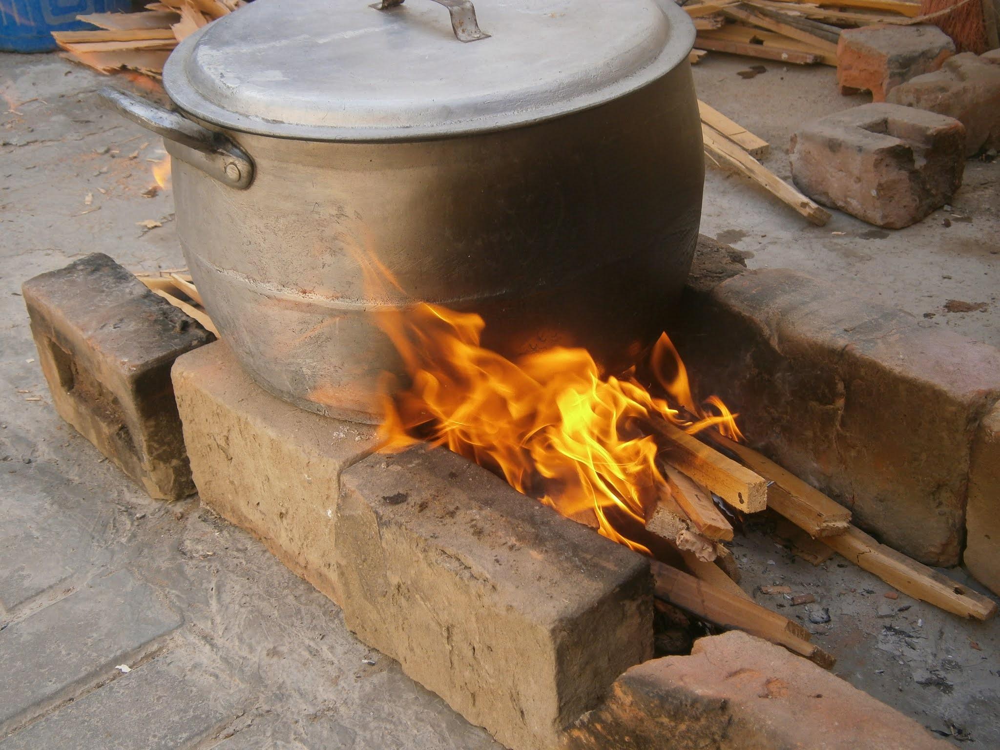 Cocina con fuego hecha a leña. Cocina de leña