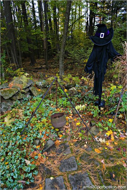 Decoración de Halloween en los Jardínes de Pickity Place en Mason, New Hampshire
