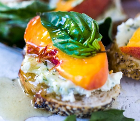 peach bruschetta with goat cheese, basil and infused honey #appetizers #summer