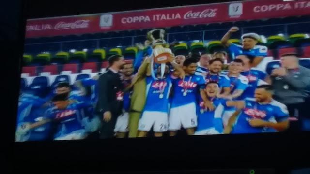 لحظات تتويج نابولى بكأس إيطاليا ورفع الكأس
