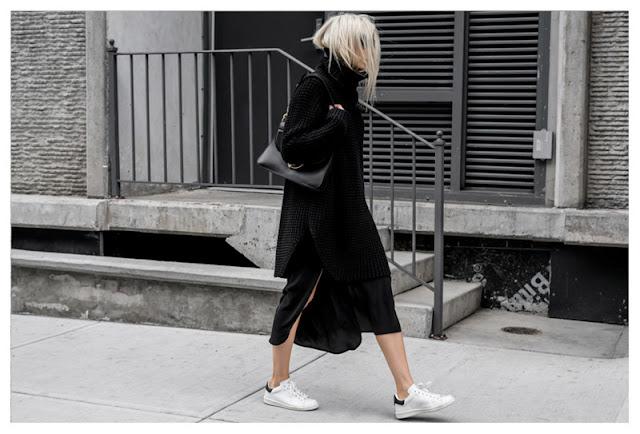 Черный свитер с очень длинными рукавами