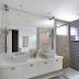 Banheiro branco com revestimento azul e amadeirado no box + marcenária clássica!