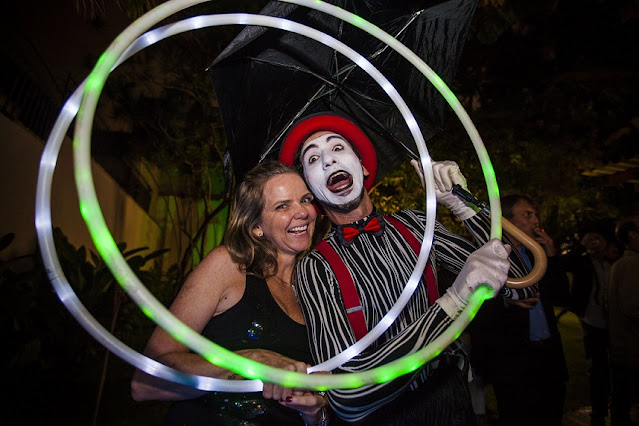 Artista Mímico de Humor e Circo posando para foto com convidada da festa de confraternização do Consulado Frances em SP.