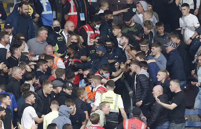 Immediately after the match between Burnley and Arsenal ended, fans of both teams rushed into a scuffle.