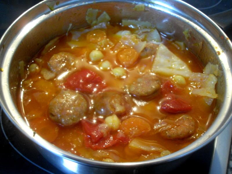 Guiso de garbanzos con chorizo y verduras.