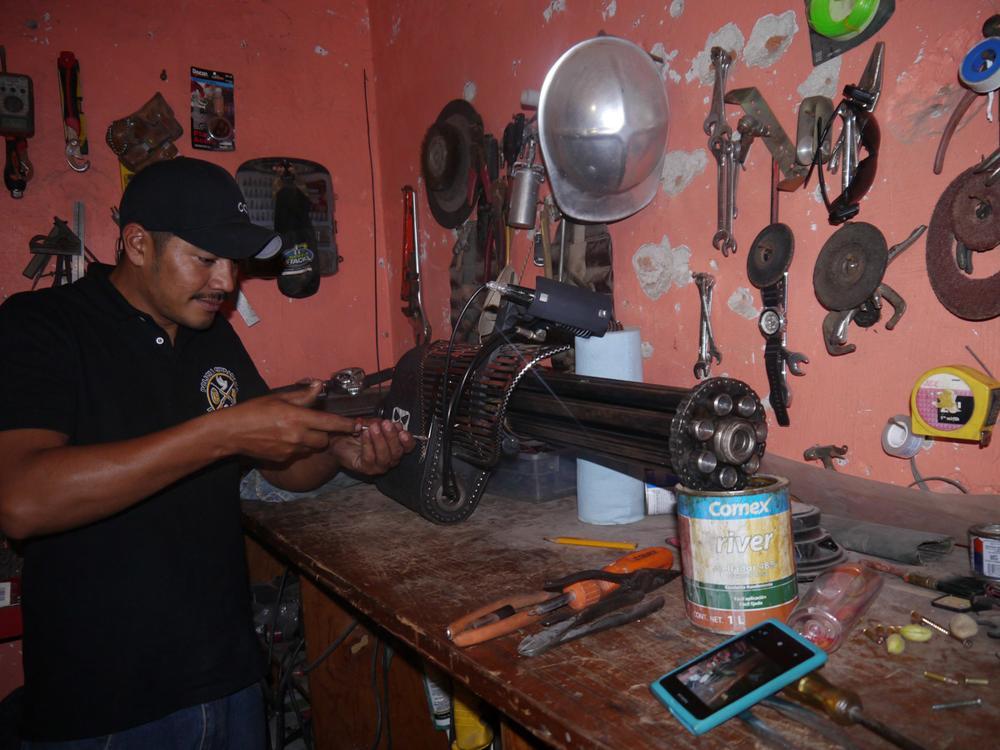 """Reynol el policía comunitario que fabrico la """"RAPTOR"""" para hacer frente al yugo del narcotráfico"""