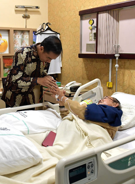 Jokowi Jenguk Habibie di RSPAD