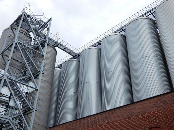 Silos en una fábrica de cerveza