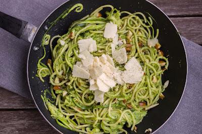 Bärlauch-Pasta mit Parmesan und gerösteten Mandeln