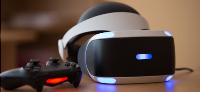 سماعات رأس PlayStation VR ووحدة تحكم PlayStation 4 ووحدة تحكم تجلس على طاولة.