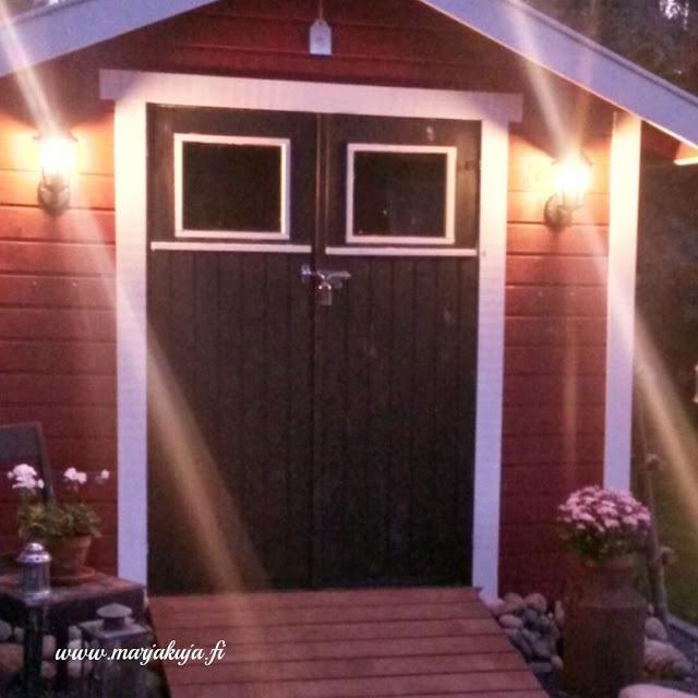 puutarhavajan valot pimealla