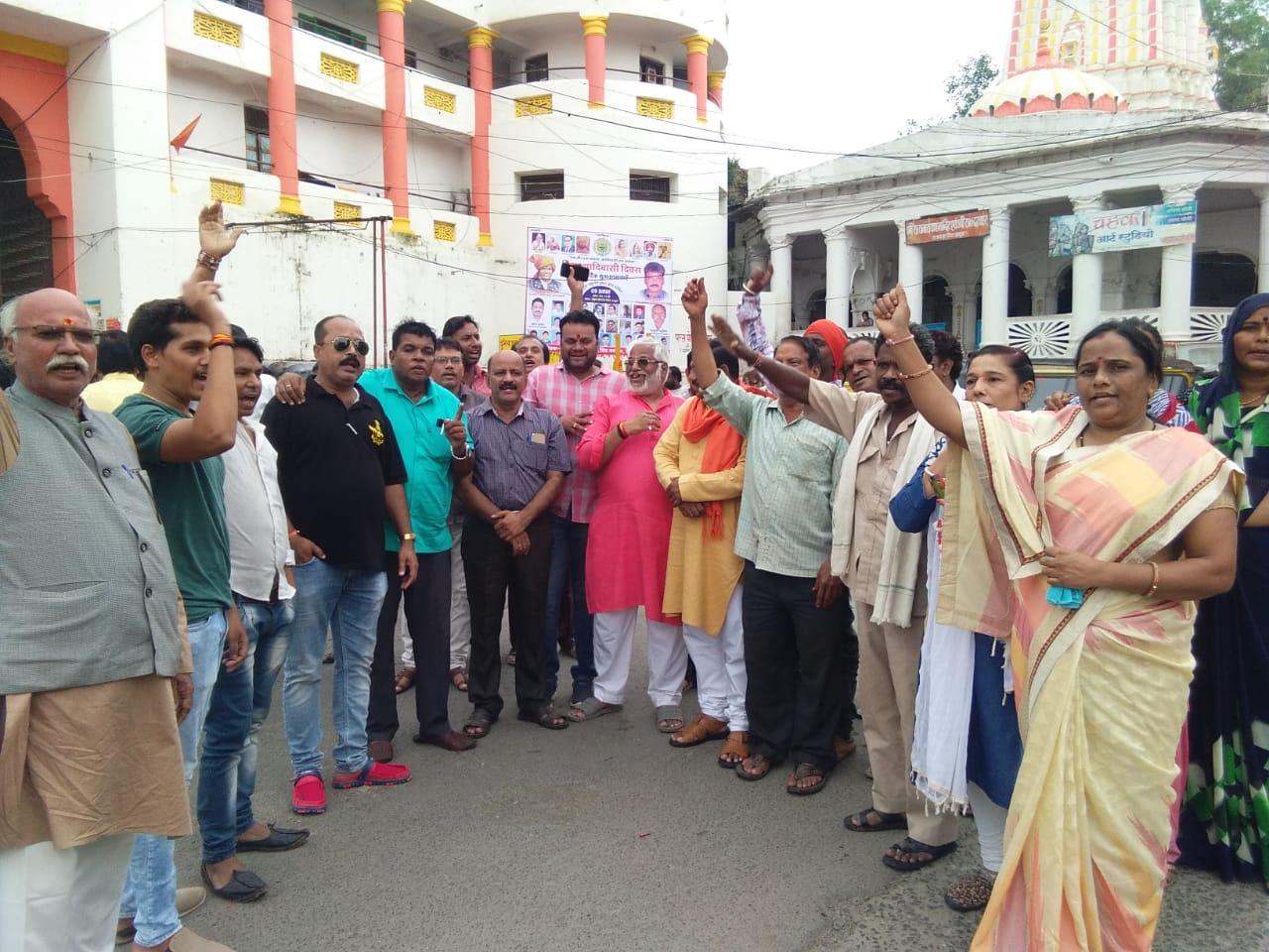 भाजपा ने धारा 370 हटाये जाने के समर्थन में आतिशबाजी कर मिठाईया बांटी