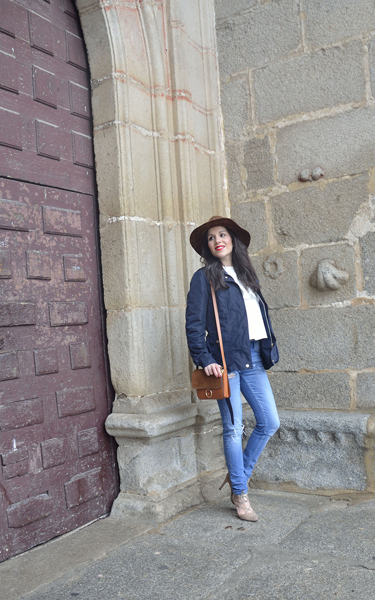 look-fashion-trends-gallery-fedora-brown-jeans-blouse-volantes-blusa-blogger-outfit