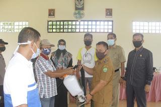 Penyerahan Perlengkapan dan Alat Penyemprotan Disinfektan Oleh Wakil Bupati Lingga