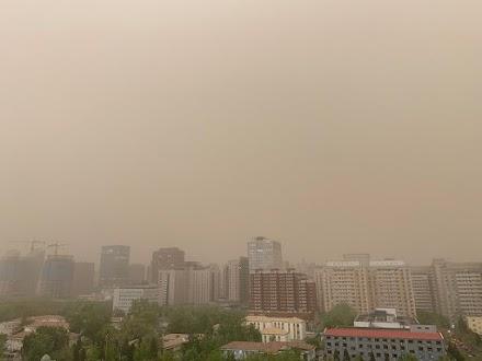 Αμμοθύελλα καταπίνει και πάλι το Πεκίνο
