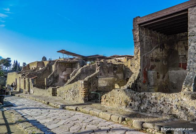 Uma rua da cidade romana de Herculano, Itália