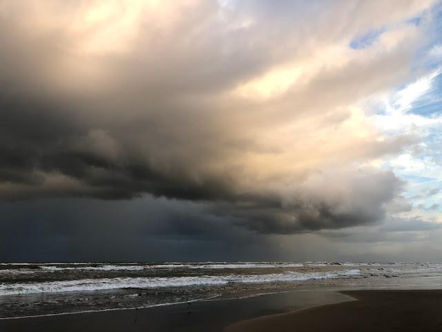 A nuvem mostra nuvens de chuvas e logo irá chover forte na praia.