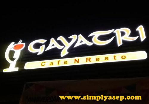 GAYATRI : Bilboard Gayatri Cafe Resto ada di atasnya.  Megah bermandikan cahaya disaat malam hari.  Foto Asep Haryono