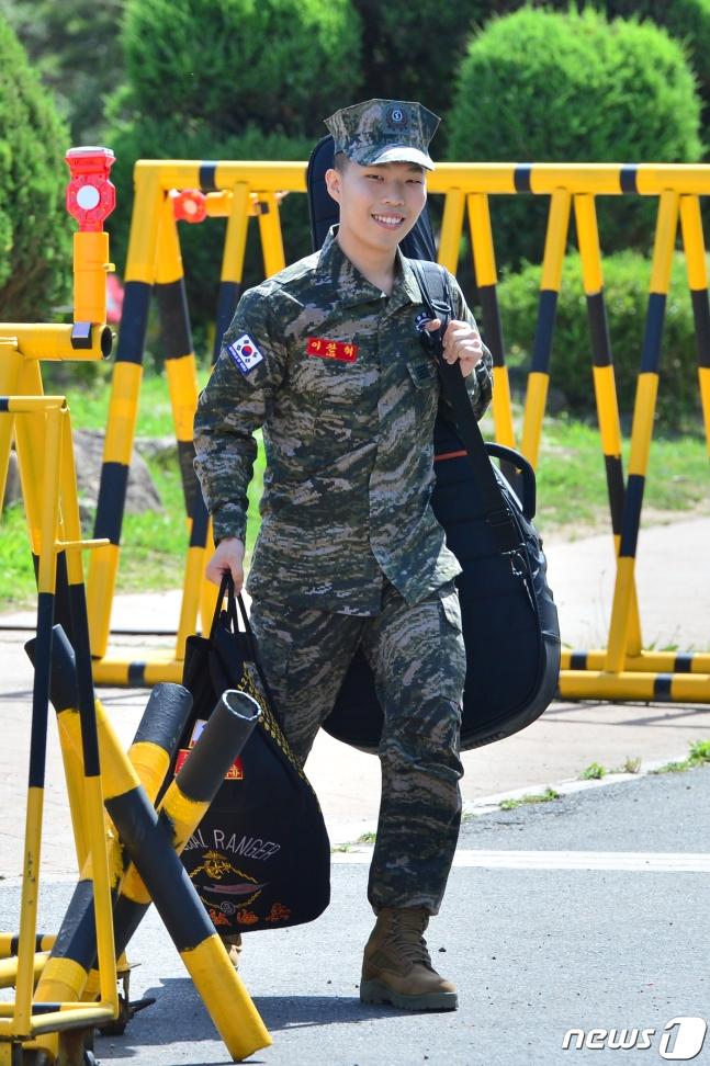 Akdong Musician Chanhyuk askerliğini tamamladı