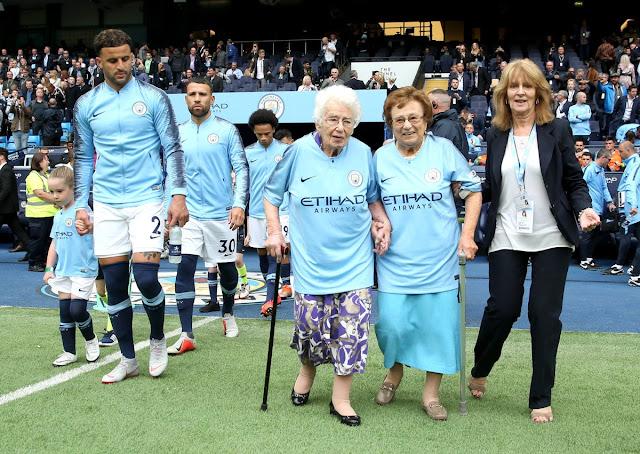 Agen Judi Online--Pemain Manchester City Masuk Lapangan Dengan Dikawal Nenek Berusia 102 Dan 98 Tahun