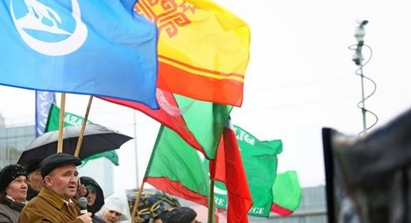Флаг братской Чувашии (вверху в центре), а также выступающий на митинге представитель марийцев (чуваши и марийцы, являясь подданными Казанского ханства, вместе с татарами защищали Казань от войск московского князя)