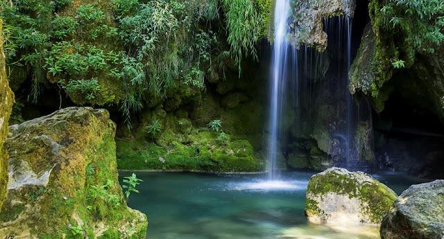 Nacedero del río Urederra (agua hermosa,  Bakedano, Navarra.