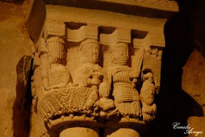 Capitel en el interior de San Juan de Duero que representa una escena biblica , la del asesinato de San Juan Bautista, un soldado con cota de malla en una mano lleva la espada y en la otra la cabeza del Bautista.