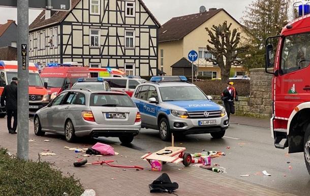 У Німеччині авто в'їхало в учасників карнавалу: 15 постраждалих