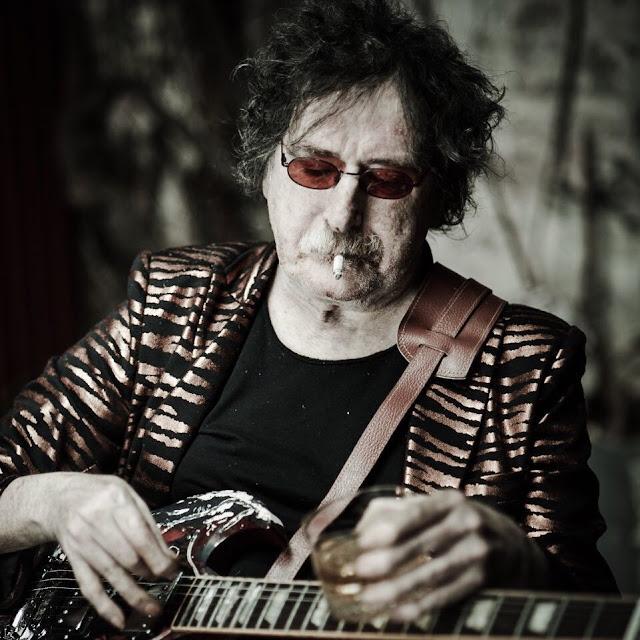 Muestra fotográfica. Charly García leyenda entre guitarristas.