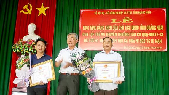 Khen thưởng tàu cá Quảng Ngãi cứu 41 ngư dân chìm tàu giữa biển