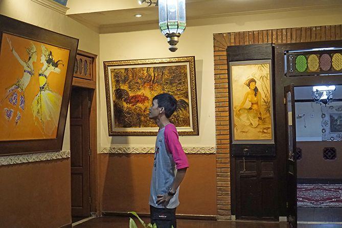 Aku melihat lukisan-lukisan yang terpajang