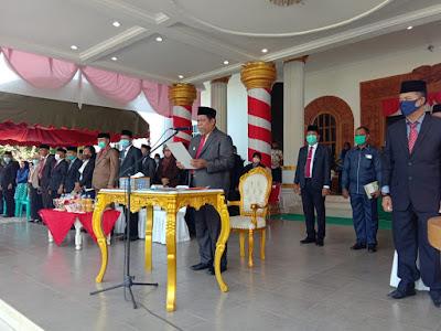Wali Kota Tual Adam Rahayaan membacakan amanat Menteri Sosial Juliari P. Batubara pada peringatan Hari Pahlawan 2020 di depan Kantor Wali Kota Tual, Selasa (10/10/2020). Foto: Humas Tual