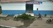 Vídeo: Mulher é assaltada por dois homens em frente escola de Pedreiras.