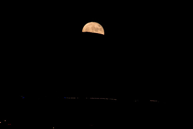 Moon rise, 7:54 pm, DSLR, 300mm, 1/60 second (Source: Palmia Observatory)